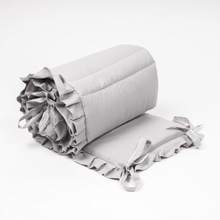 Funkcjonalny i prosty w użytku ochraniacz dziecięcego łóżeczka